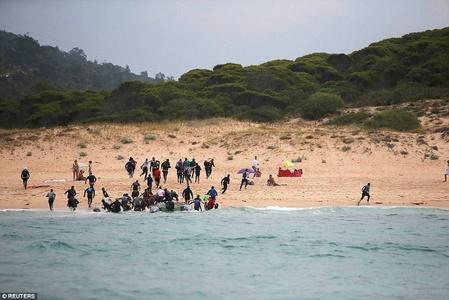 游客正日光浴,难民成群跑了上岸