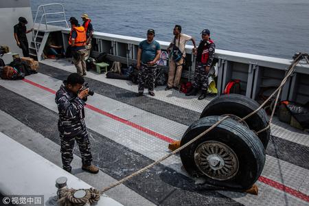 印尼客机坠毁 搜救队打捞起客机多个部件