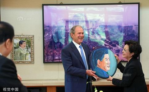 小布什赴韩纪念卢武铉逝世十周年 赠送亲手描绘的肖像画