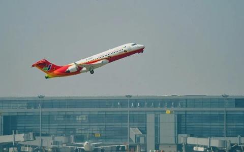 两架ARJ21飞机在上海同日试飞