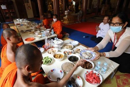 柬新年来临 民众戴口罩庆祝