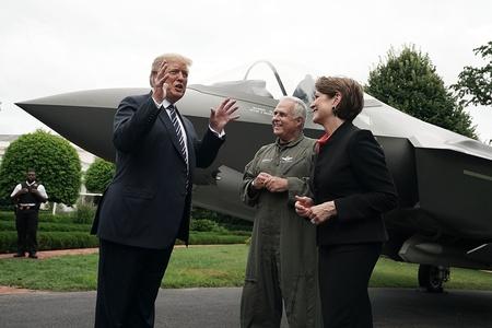 """特朗普白宫办展 力挺""""美国制造"""""""