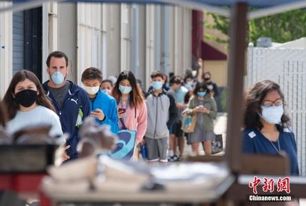 美国旧金山湾区民众领取免费食物