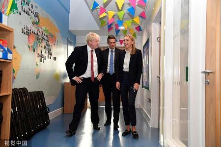 英国首相约翰逊访问伦敦一小学 历史课上积极举手发言