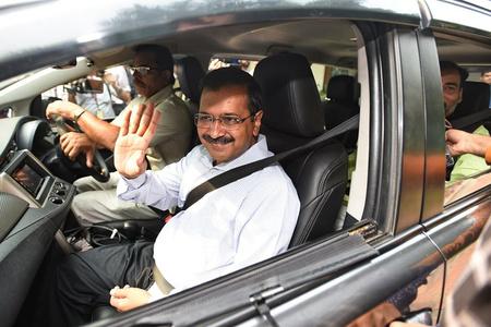 印度新德里限号首日 官员拼车出行