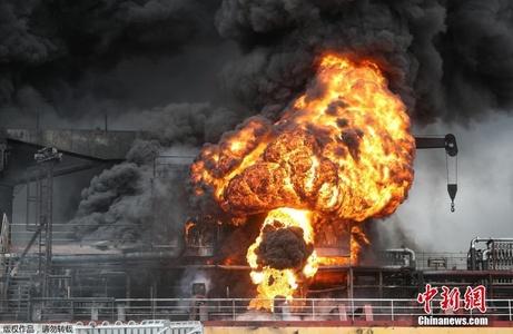"""韩国石油运输船爆炸 火光冲天腾起""""蘑菇云"""""""