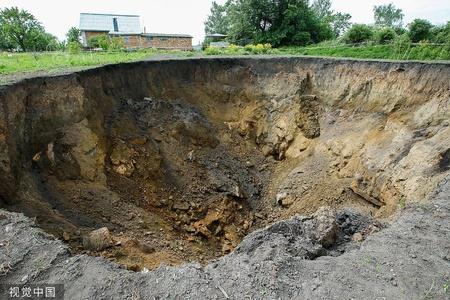 俄罗斯村庄突现巨大天坑 宽30米深15米