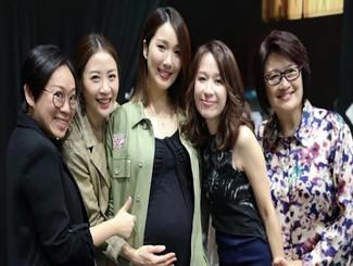 王祖蓝夫妇现身好友演唱会 李亚男挺孕肚颜值在线