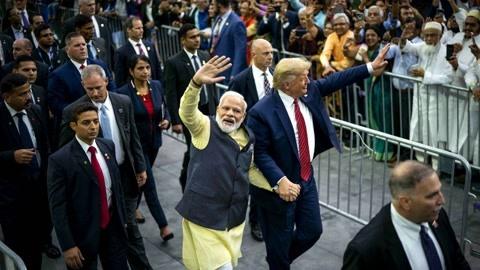 """印度用""""世界上绝无仅有方式""""迎特朗普,还扣留了一艘中国货轮"""