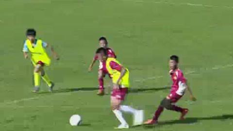 踢球吧!少年强之小队员分成两队踢对抗赛 龚天熠自嘲太瘦小