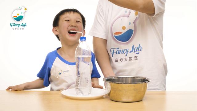 瓶子里头玩喷泉 小朋友看了好开心!