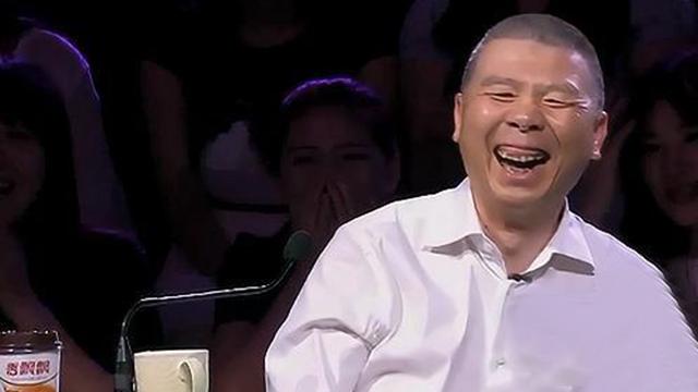 冯小刚看见了什么 竟然笑得像个孩子?
