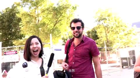 戏精老外遇到中文美女街头采访,直接用中文唱起歌,全程都在搞笑!