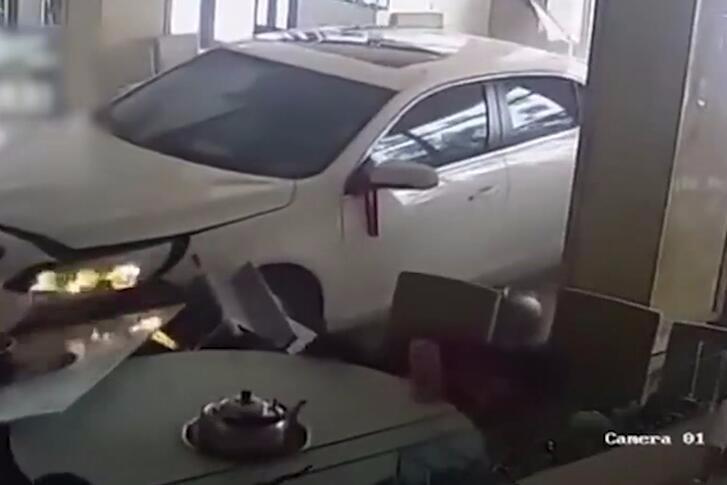 新手上路!因紧张错把油门当刹车冲进干锅店 造1人受伤