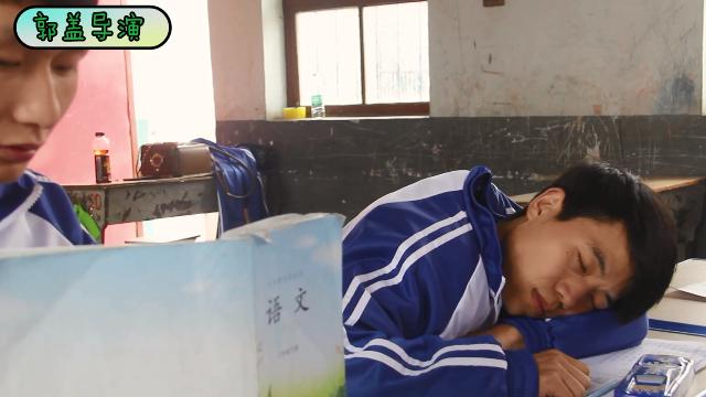 学生上课睡觉,被老师问了问题后反问老师,把老师问害羞了