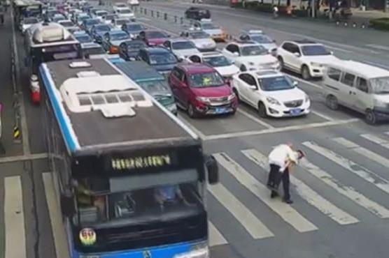 """交警背大爷过街 路口车辆""""齐刷刷""""让行"""