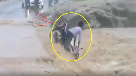摩托车司机黄河边开车,掉入黄河,人瞬间就被淹没