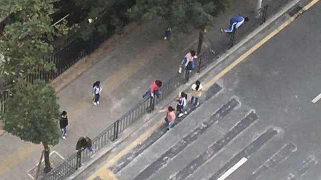 人行道被封学生翻栏,交警神速解决