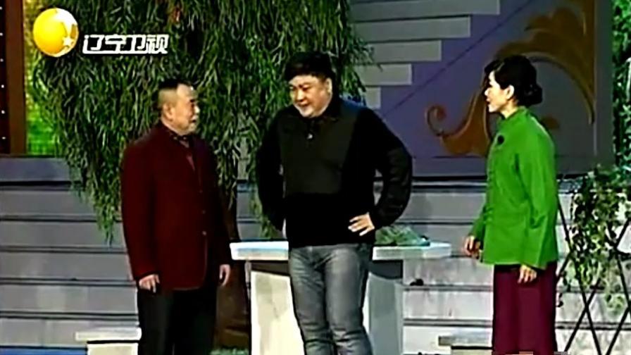厂长告诉潘长江酒指定不还给他,潘长江让老婆诱惑他