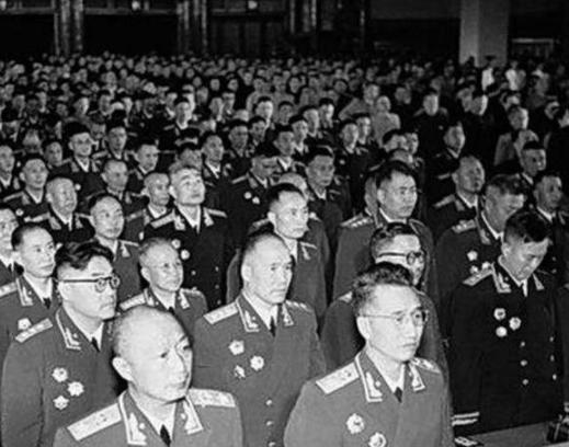 魔域私服手游吧1955年授衔时,这位将军嫌自己的军衔太低,当众撕下肩章表示不满!