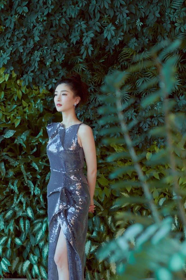 开dnf私服的都是傻逼吧江疏影身穿星光美人鱼裙亮相星光大赏,白到发光的肌肤成亮点