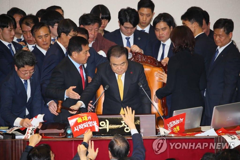 137魔域私服发布网黄教安失败了,韩国通过公职选举法,文在寅迎来一场重要大胜