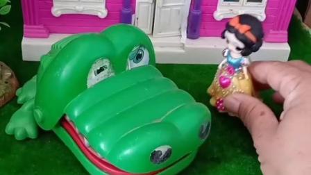 童年趣事:鳄鱼妈妈睡着了,小鳄鱼不见了