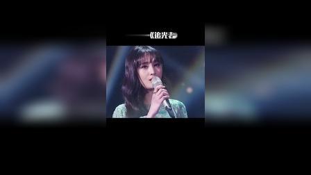 郑爽分享了一段演唱《追光者》的视频送给粉丝,人美声甜