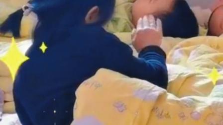 发生在东马峪幼儿园,小女孩照顾另一个孩子睡午觉